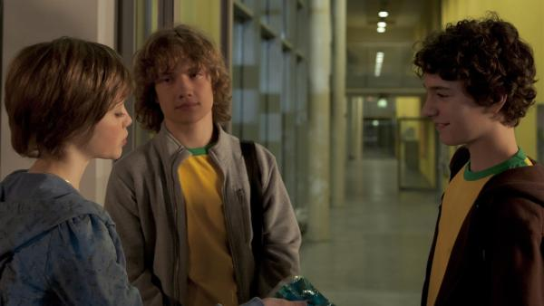 Sophie (Anica Röhlinger) mahnt Tommy (Lucas Leppert, re.) erneut, dass er sein blaues Auge kühlen muss. | Rechte: MDR/Anke Neugebauer
