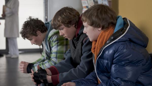 Sàndor (Lennart König, li.), Elias (Albert Wey, Mi.) und Tobias (Stefan Wiegand, re.) bangen um die Gesundheit von Tamas. | Rechte: MDR/Anke Neugebauer