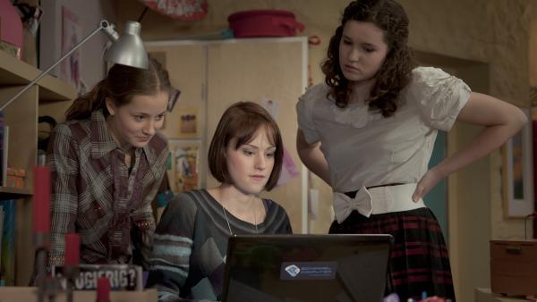 Clara (Lena Schneidewind, li.) , Coco (Luisa Liebtrau, Mi.)und Mary (Sophie Imelmann, re.) suchen gmeinsam nach einem Entenbraten-Rezept. | Rechte: MDR/Anke Neugebauer