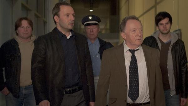 Zu Spät: Herr Berger (Robert Schupp, 2.v.li.) wird wegen dringenden Verdachts auf Datenklau von der Polizei (Peter Sodann, 4.v.li.) abgeführt. | Rechte: MDR/Anke Neugebauer