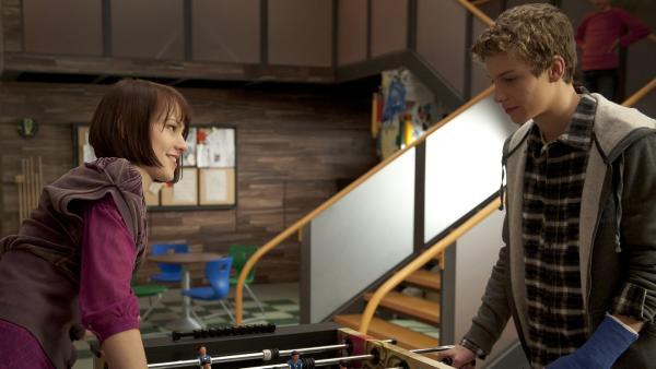 Coco (Luisa Liebtrau) und Tamas (Edzard Ehrle) spielen eine Partie Tischkicker gegeneinander. | Rechte: MDR/Anke Neugebauer