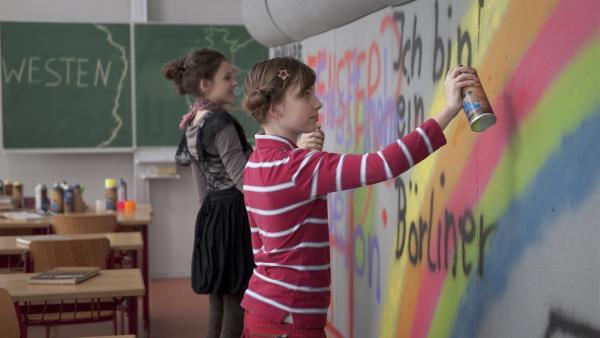 Die Schüler sollen die Berliner Mauer nach ihren Vorstellungen dekorieren. (Alexandra Schiller, li.; Viktoria Krause, re.). | Rechte: MDR/Anke Neugebauer