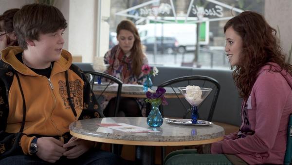 Bruno (Ferdinand Dölz, li.) und Jo (Lena Kaufmann) genießen ihr erstes Date.   Rechte: MDR/Anke Neugebauer