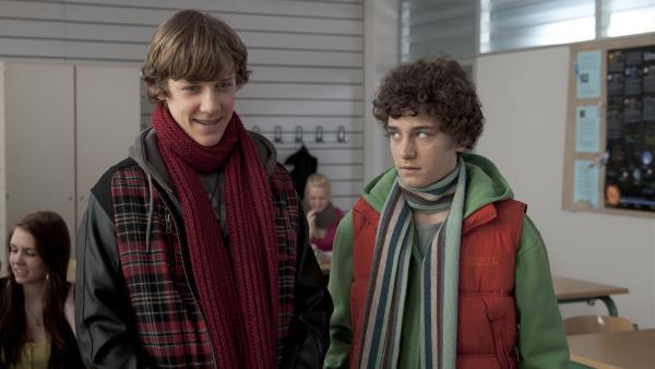 Elias (Albert Wey, li.) und Tommy (Lucas Leppert, re.) müssen beide einen Vortrag ausarbeiten. | Rechte: MDR/Anke Neugebauer