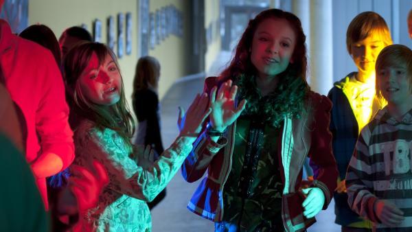 Anniika (Alexandra Schiller, re.) und Liz (Viktoria Krause, li.) rocken die Party! | Rechte: MDR/Anke Neugebauer