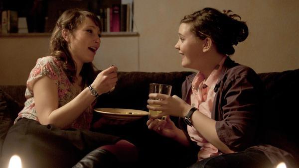 Feli (Sabrina Wollweber, re.) und Frau Levin (Janina Elkin, li.) kochen sogar am Abend zusammen. Zu viel Nähe als Lehrerin und Schülerin? | Rechte: MDR/Anke Neugebauer