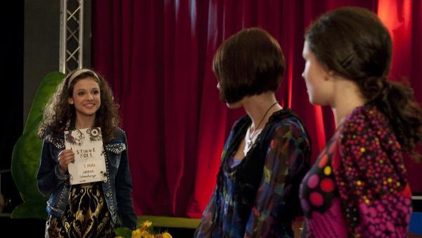 Annika ist die Stimme 2011, doch ihre Freunde können sich nicht mehr mit ihr freuen. (Alexandra Schneeberger, links; Luisa Liebtrau, Mitte, Sophie Imelmann, rechts) | Rechte: MDR/Anke Neugebauer