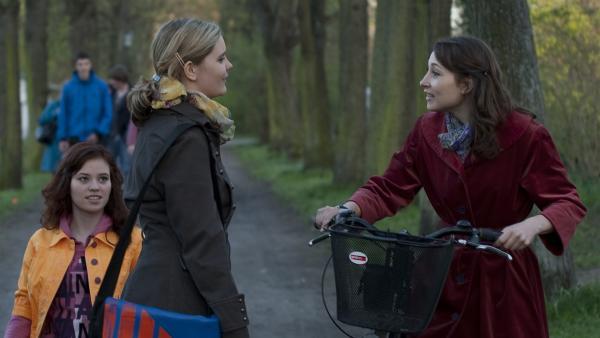 Frau Elkin (Janina Elkin, re.) bedankt sich bei Feli (Sabrina Wollweber, Mitte) für den schönen Abend. (Lena Kaufmann, li.) | Rechte: MDR/Anke Neugebauer
