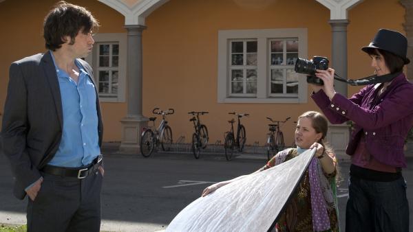 Alex (Björn von der Wellen, li.) legt sich für seine alte Liebe mächtig ins Zeug. (Lena Schneidewind, Mitte; Luisa Liebtrau, re.) | Rechte: MDR/Anke Neugebauer