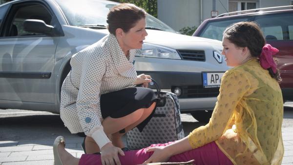 Mary (Sophie Imelmann, re.) tut so, als hätte Frau Dressler (Cornelia Hessler, li.) sie angefahren. | Rechte: MDR/Anke Neugebauer