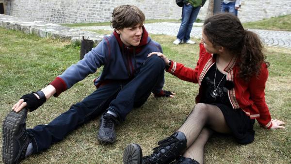 Annika (Alexandra Schiller) turtelt weiterhin mit Elias (Albert Wey), um ihre Handysoap nicht zu gefährden. | Rechte: MDR/Anke Neugebauer