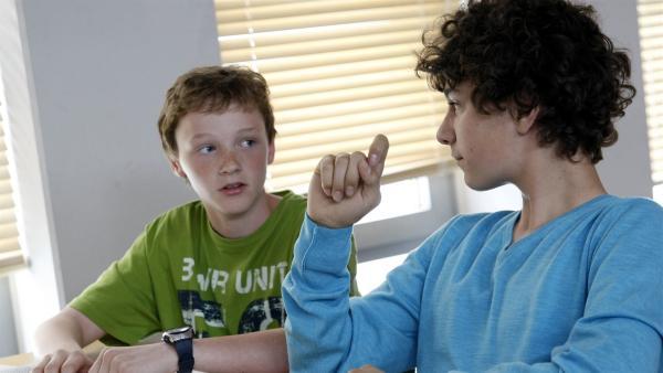 Tommy erinnert Tobias an den bevorstehenden Bio-Test bei Herrn Harnack. (Stefan Wiegand, li.; Lucas Leppert, re.) | Rechte: MDR/Anke Neugebauer
