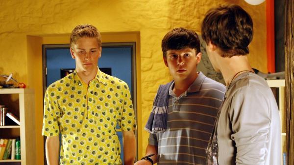 Phillip und Elias machen sich über Brunos selbstgebackene Geburtstagstorte lustig. (Jacob Gunkel, links; Ferdinand Dölz, mitte; Albert Wey, rechts) | Rechte: MDR/Anke Neugebauer