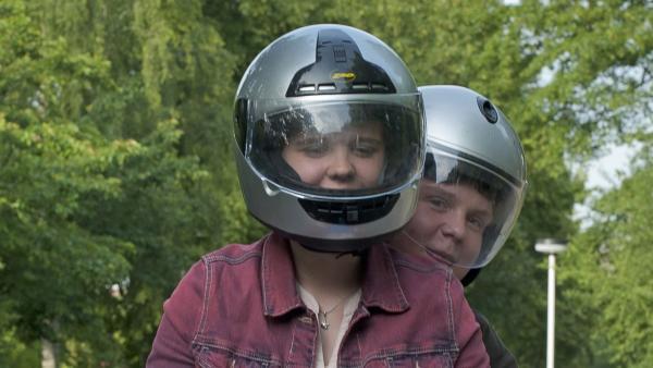 Feli und Bruno machen eine Spritztour auf dem Moped. (Sabrina Wollweber, vorne; Ferdinand Dölz, hinten) | Rechte: MDR/Anke Neugebauer
