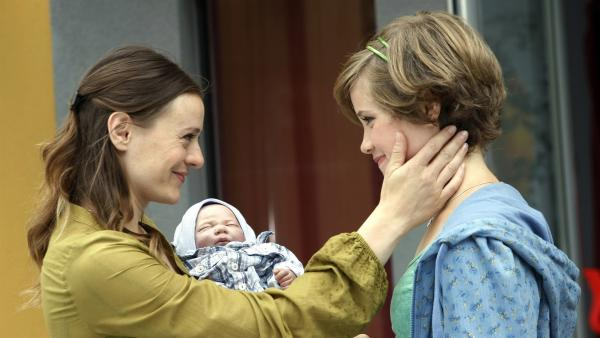 Sophie freut sich über ein wenig Aufmerksamkeit ihrer Mutter. (Anica Röhlinger, re.; Renee Kloninger, li.) | Rechte: MDR/Anke Neugebauer
