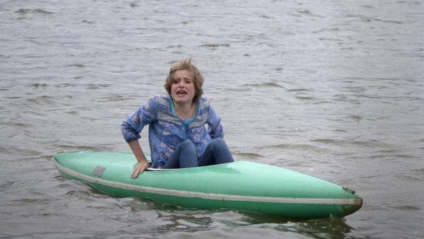 Sophie (Anica Röhlinger) treibt ohne Ruder auf dem See. Wer kann sie retten?   Rechte: MDR/Anke Neugebauer