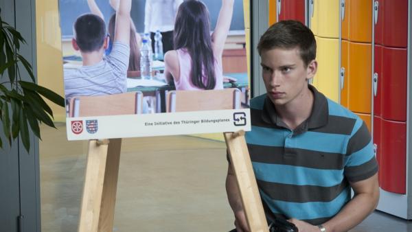 Nino (Paul Ziegner) wird zufällig Mithörer eines skandalösen Telefonats.   Rechte: MDR/Anke Neugebauer