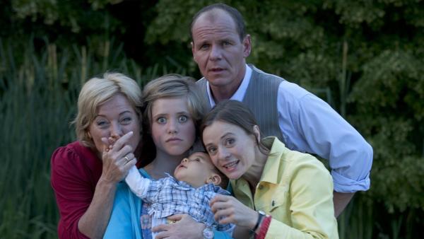 Sophie ist genervt von ihrer babyfixierten Familie. (v.l.n.r. Cornelia Kaupert, Anica Röhlinger, Olaf Burmeister, Renee Kloninger)   Rechte: MDR/Anke Neugebauer