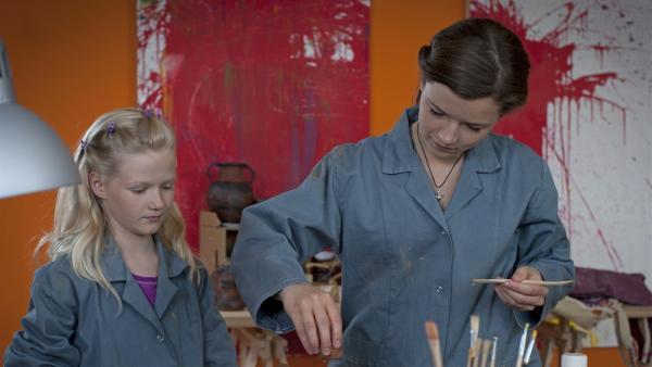 Ronja (Miriam Katzer, re.) zeigt Leonie (Leonie Frauendorf, li.) wie sie geschickt töpfern kann. | Rechte: MDR/Anke Neugebauer