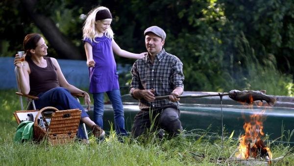 Familie Berger verbringt einen perfekten Nachmittag am See. (Ute Wieckhorst, li.; Leonie Frauendorff, Mi.; Robert Schupp, re.) | Rechte: MDR/Anke Neugebauer