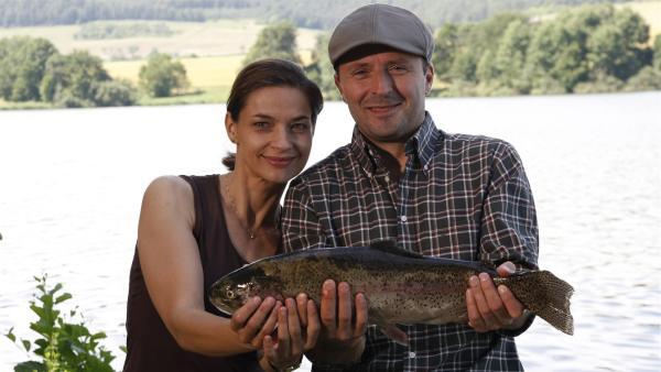 Frau und Herr Berger verbringen einen perfekten Nachmittag am See. (Ute Wieckhorst, li.;  Robert Schupp, re.) | Rechte: MDR/Anke Neugebauer