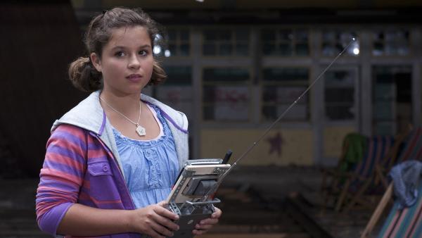 Die neue Schülerin auf Einstein, Pippi (Marie Borchardt), führt ihre neuen Freunde, mit Hilfe eines Robertes in ein altes Thermalbad. | Rechte: MDR/Anke Neugebauer