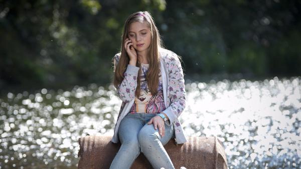 Liz (Viktoria Krause) ist verzweifelt auf der Suche nach ihrer Schwester Mary. Dabei findet sie an der Gera einen Roboter. | Rechte: MDR/Anke Neugebauer
