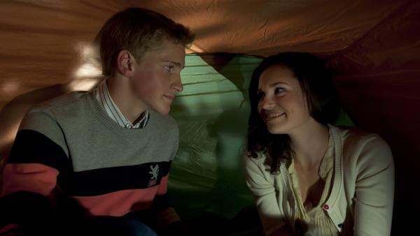 Mary (Sophie Imelmann) und Phillip (Jacob Gunkel) wollen ihr erstes Mal miteinander verbringen. | Rechte: MDR/Anke Neugebauer