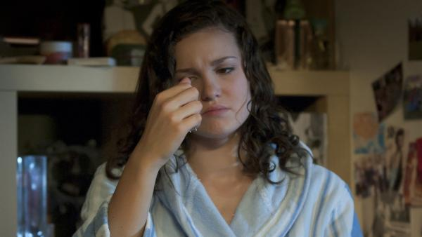 Mary (Sophie Imelmann) schaut traurig auf die Kette, welche Phillip ihr geschenkt hatte. | Rechte: MDR/Anke Neugebauer