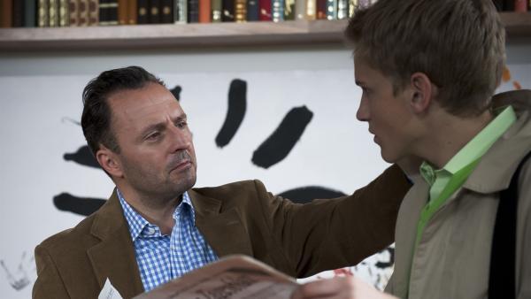 Herr Berger (Robert Schupp, li.) ist stolz auf Phillip (Jacob Gunkel, re.) nachdem er die Zeitungsanzeige gelesen hatte. | Rechte: MDR/Anke Neugebauer
