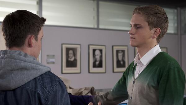 Phillip (Jacob Gunkel, li.) spielt den Selbstbewussten - das Elias (Ferdinand Dölz, re.) jetzt der neue Schulsprecher ist, wen interessiert das? | Rechte: MDR/Anke Neugebauer