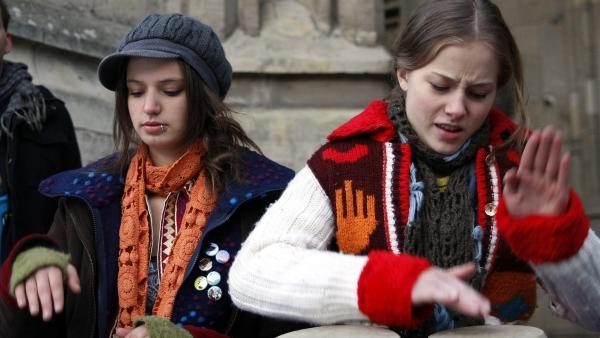 Clara (Lena Schneidewind, re.) trommelt leidenschaftlich auf den Bongos, daneben ihre neue Bekannte von der Straße: Charlie! (Kimberley Krump, li.) | Rechte: MDR/Anke Neugebauer