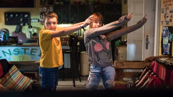 Junge und Mädchen tanzen | Rechte: MDR/Saxonia Media/Felix Abraham