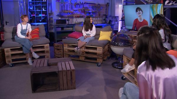 Carla Hüttermann (1.v.l.), Amelie Rafolt Gomes (2.v.l.) und Linda Schablowski (r.) werden von Jess Schöne (2.v.r.) mit ihren Castingvideos überrascht. | Rechte: mdr/MCS