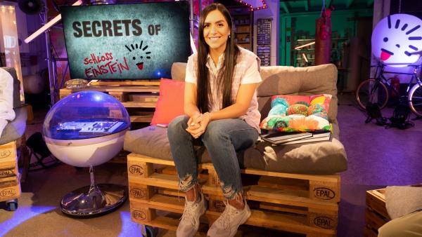 "KiKA-Moderatorin JESS kennt Hintergründe und Secrets zum Dreh der 24. Staffel ""Schloss Einstein"". | Rechte: MDR/MCS/Bettina Jaehde"