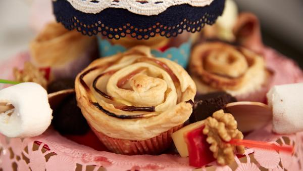 Muffinrosen aus Apfelscheiben und Schokoladen-Marshmallow-Spieße | Rechte: ZDF/ORF/René Rothkopf