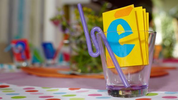 Die Bastelkids haben sich auch heute wieder eine kreative Bastelidee einfallen lassen: Aus farbigem Kartonpapier machen sie faltbare Namenskärtchen. | Rechte: ZDF/ORF/René Rothkopf