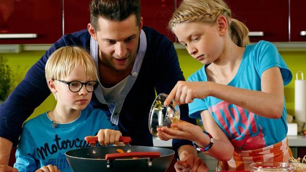 Heute zaubert Profikoch Alexander Kumptner gemeinsam mit den Kids ein asiatisches Wokgericht.   Rechte: ZDF/ORF/René Rothkopf