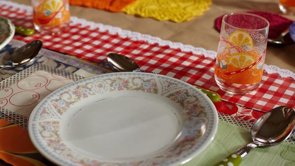 Der Tisch ist heute ganz im Retro-Design gedeckt | Rechte: ZDF/ORF/René Rothkopf
