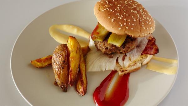 In dieser Folge bei Schmatzo: Hamburger mit selbstgemachter Mayonaise und Kartoffelspalten | Rechte: ZDF/ORF/René Rothkopf