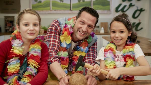 Estella (re.) und Conny bereiten mit Profikoch Alexander Kumptner eine Cocktailparty vor. | Rechte: ZDF/ORF/René Rothkopf
