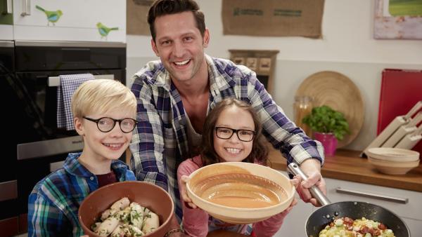 Estella und Noah bereiten mit Profikoch Alexander Kumptner spanische Gerichte zu: gegrillte Calamares, Gazpacho und Tortilla. | Rechte: ZDF/ORF/René Rothkopf
