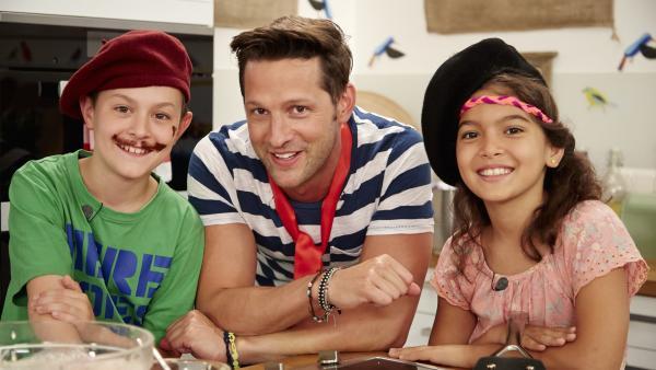 Joanna und Nico bereiten mit Profikoch Alexander Kumptner süße und pikante französische Crêpes zu.   Rechte: ZDF/ORF/René Rothkopf