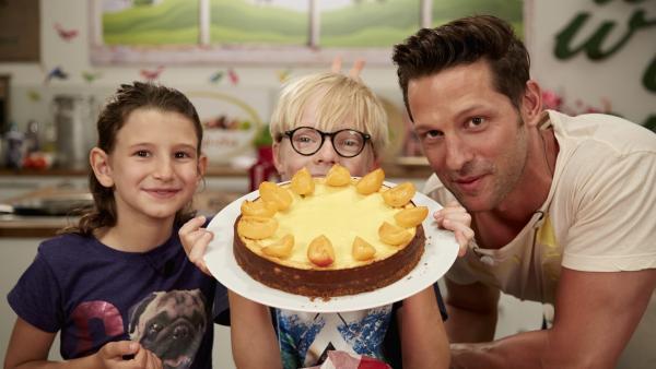 Noemi und Noah backen mit Profikoch Alexander Kumptner einen Cheesecake mit selbstgemachtem Frischkäse. | Rechte: ZDF/ORF/René Rothkopf