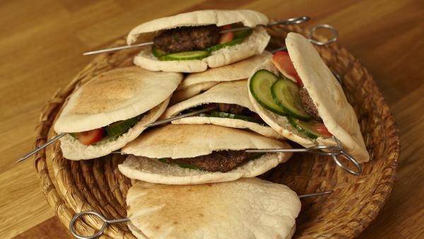 Orientalische Gewürze verleihen den Fleischspießen im Brotfladen einen einzigartigen Geschmack. | Rechte: ZDF/ORF/René Rothkopf