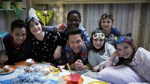 Alex und die Kids werfen sich in ihre kuscheligsten Schlafanzüge, denn das macht eine richtige Pyjamaparty erst aus. | Rechte: ZDF/ORF/René Rothkopf