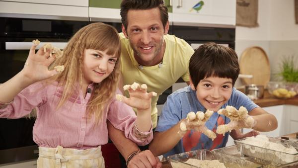 Goldbraune Mini-Cordon bleus brutzeln bei David und Fiona in der Schmatzo-Küche. Die beiden sind dem Panier-Wahnsinn völlig verfallen.   Rechte: ZDF/ORF/René Rothkopf