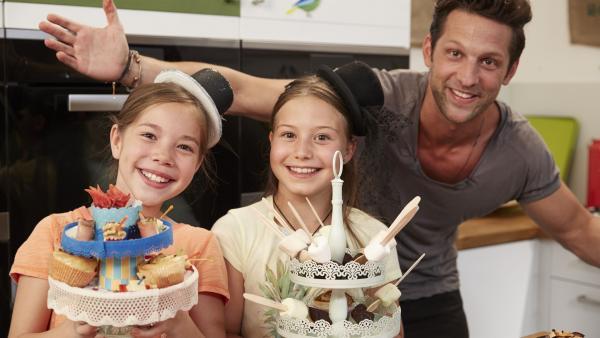 Bezaubernde Apfelstrudelrosen und Heiße Schokolade am Holzlöffel mit Marshmallows richten die feinen Damen Lara und Antonia an. | Rechte: ZDF/ORF/René Rothkopf