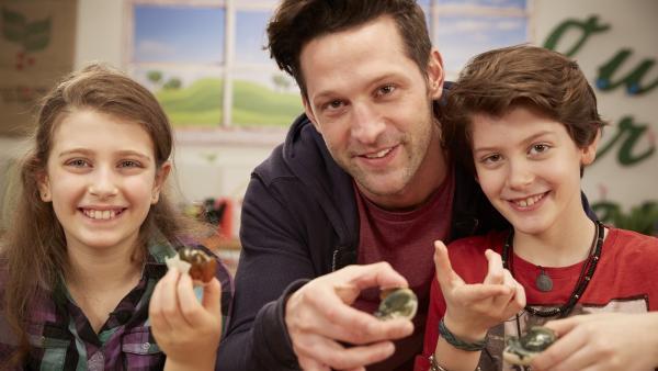 Koch Alexander Kumptner (Mi.) und die Koch-Kids bereiten heute Eier zum Brunch vor. | Rechte: ZDF/ORF/René Rothkopf