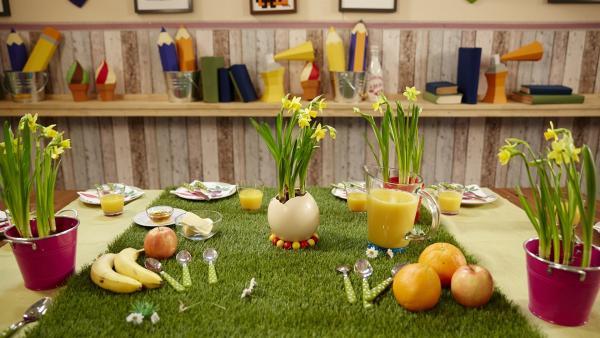 Zu einem tollen Brunch gehören Eier und die passende Tischdeko. Aus einem Straußenei wird heute eine ausgefallene Blumenvase. | Rechte: ZDF/ORF/René Rothkopf